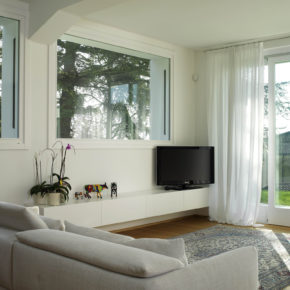Abitazione a Brescia con finestre e porte-finestre in abete
