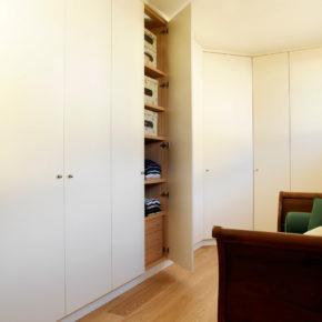 Armadio in appartamenteo a Brescia, su misura a parete a tutta altezza, con interno in ciliegio.