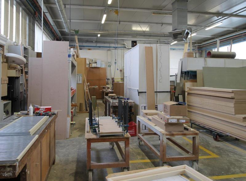 Interno della falegnameria a Brescia in una fase di lavorazione del legno