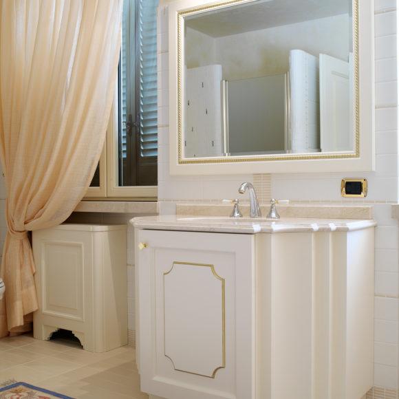 Mobile bagno classico in legno, laccato bianco opaco. A Brescia.