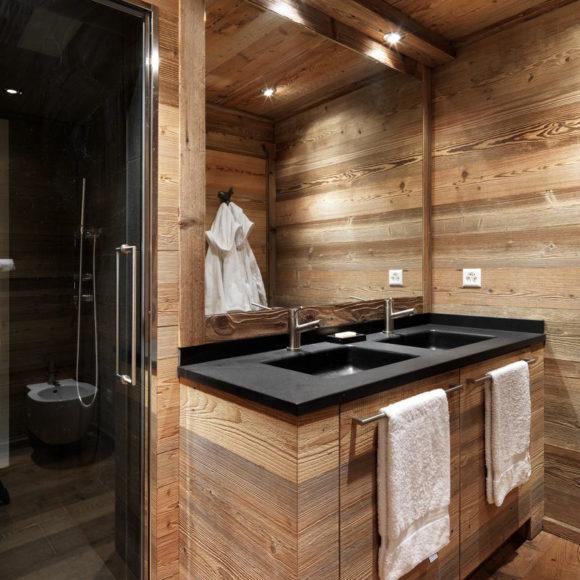 Bagno in legno a St. Moritz, con piano in pietra