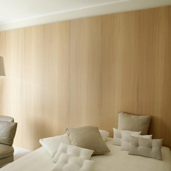 Appartamento sul Lago di Garda con boiserie in legno verniciato.