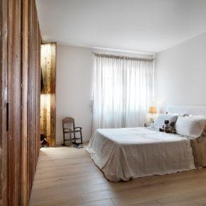 Camera in abitazione a Brescia con armadio in abete invecchiato cotto al sole.