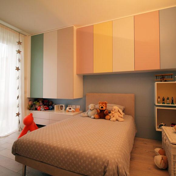 Cameretta di appartamento a Brescia, mobile su misura con ante in diversi colori laccate opache.