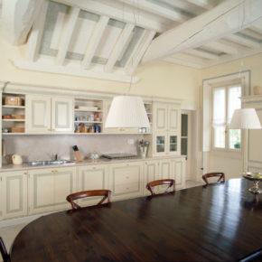 Cucina classica su misura, pitturata a mano con fondo rovere. A Borgosatollo.