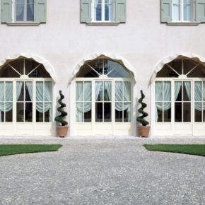 Vista esterna di finestre e porte finestre in legno