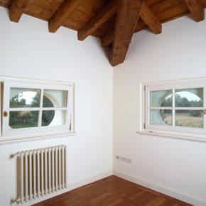 Particocolare delle finestre in legno del soggiorno