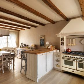 Vita della sala con mobili in legno