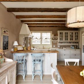 Cucina provenzale, in legno, su misura
