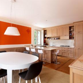 Cucina classica in rovere, con piano in marmo.