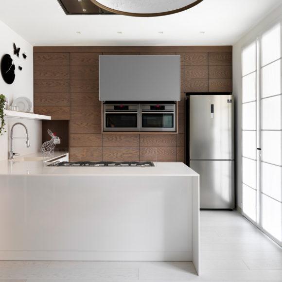 Cucina moderna con legno rovere tinto scuro