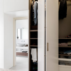 Particolare apertura dell'anta dell'armadio