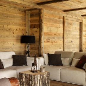 Particolare del soggiorno con tavolino in legno