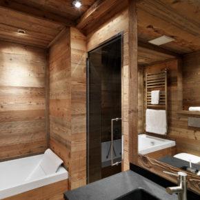 Bagno con vasca e coperture in legno