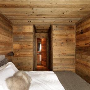 Camera da letto con pareti e mobili in abete