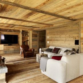 Vista del soggiorno con pareti e mobili in legno