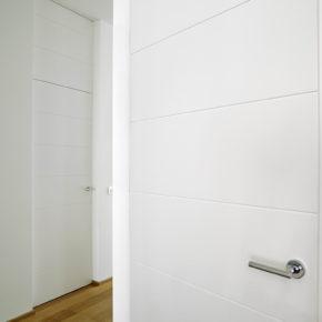 Coppia di porte interne in legno massello, coordinate con portoncino, laccate bianche
