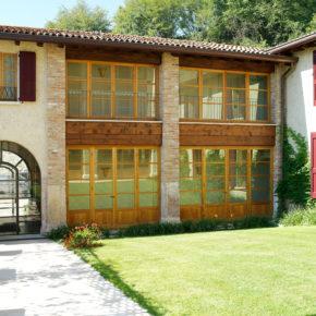 Corte di Villa Arcadio (Lago di Garda) con serramenti in mogano