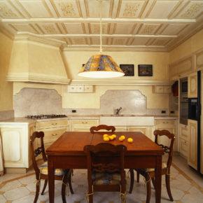 Cucina artigianale classica a Brescia, pitturata a pennello sul posto, rovere.