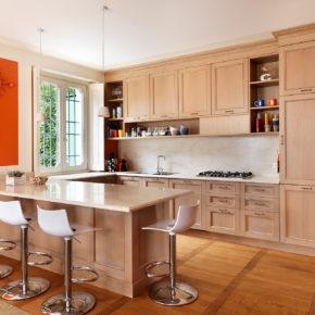 Cucina artigianale classica in rovere, con piano in marmo.