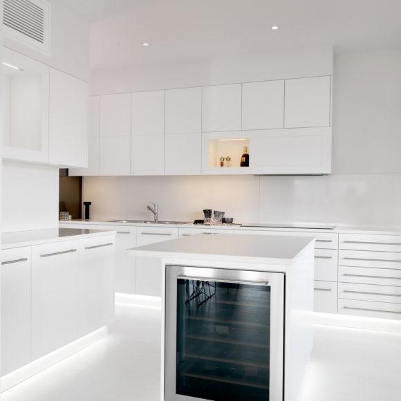 Cucina moderna su misura, laccata bianca