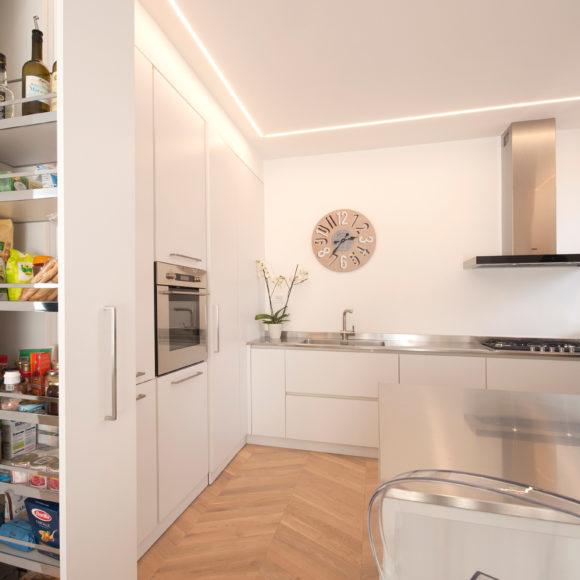 Cucina moderna listellare in laminato bianco. A Botticino (Brescia).