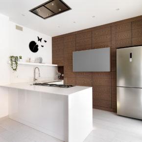 Cucina moderna in rovere tinto scuro. Brescia.