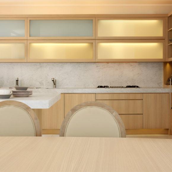 Cucina moderna in legno di rovere con piano in marmo.
