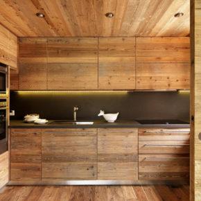 Particolare cucina rustica, su misura, in legno di abete invecchiato