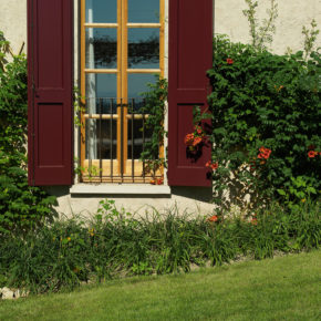 Particolare di finestra in legno di mogano