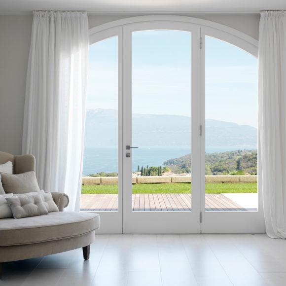 Finestra in legno su misura sul Lago di Garda