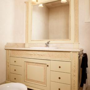 Mobile bagno classico, su misura realizzato a pennello. Lago di Garda.