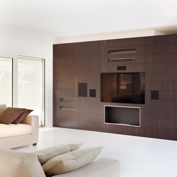 Soggiorno in abitazione a Brescia con parete in rovere a misura