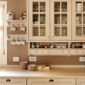 Particolare di cucina provenzale in legno.