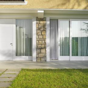 porta-finestra-legno-bianco-vista-esterna