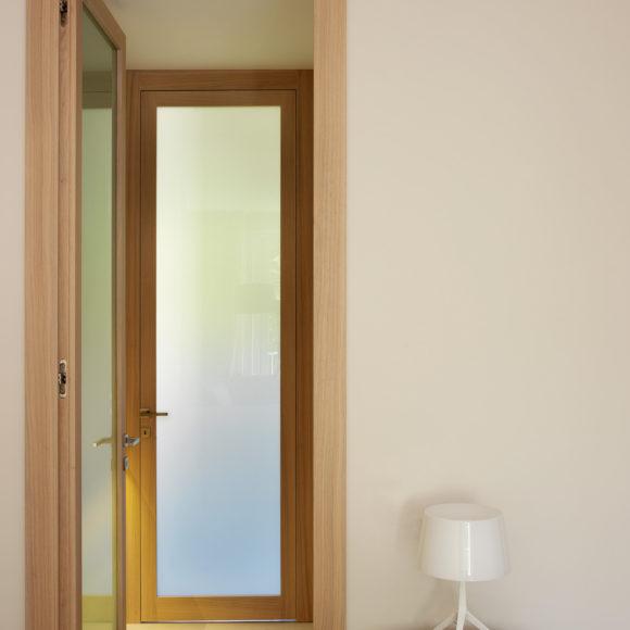 Porta interna in abitazione in legno di rovere e vetro (Brescia)