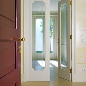 Porta interna in abitazione privata a Brescia con profilo particolare