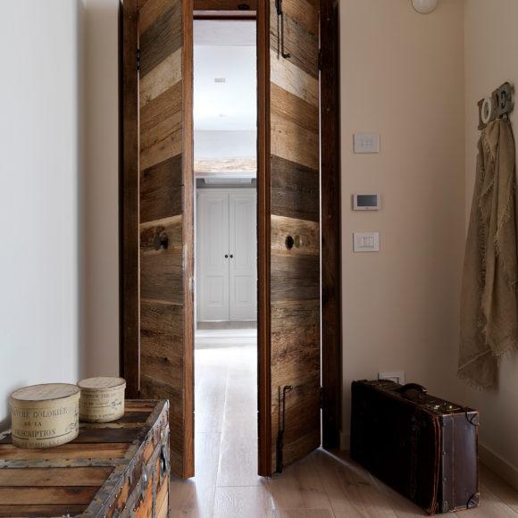 Porta con diversi tipi di legno di abete invecchiato