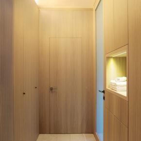 Porta in legno massello, rovere sbiancato, abitazione privata a Brescia