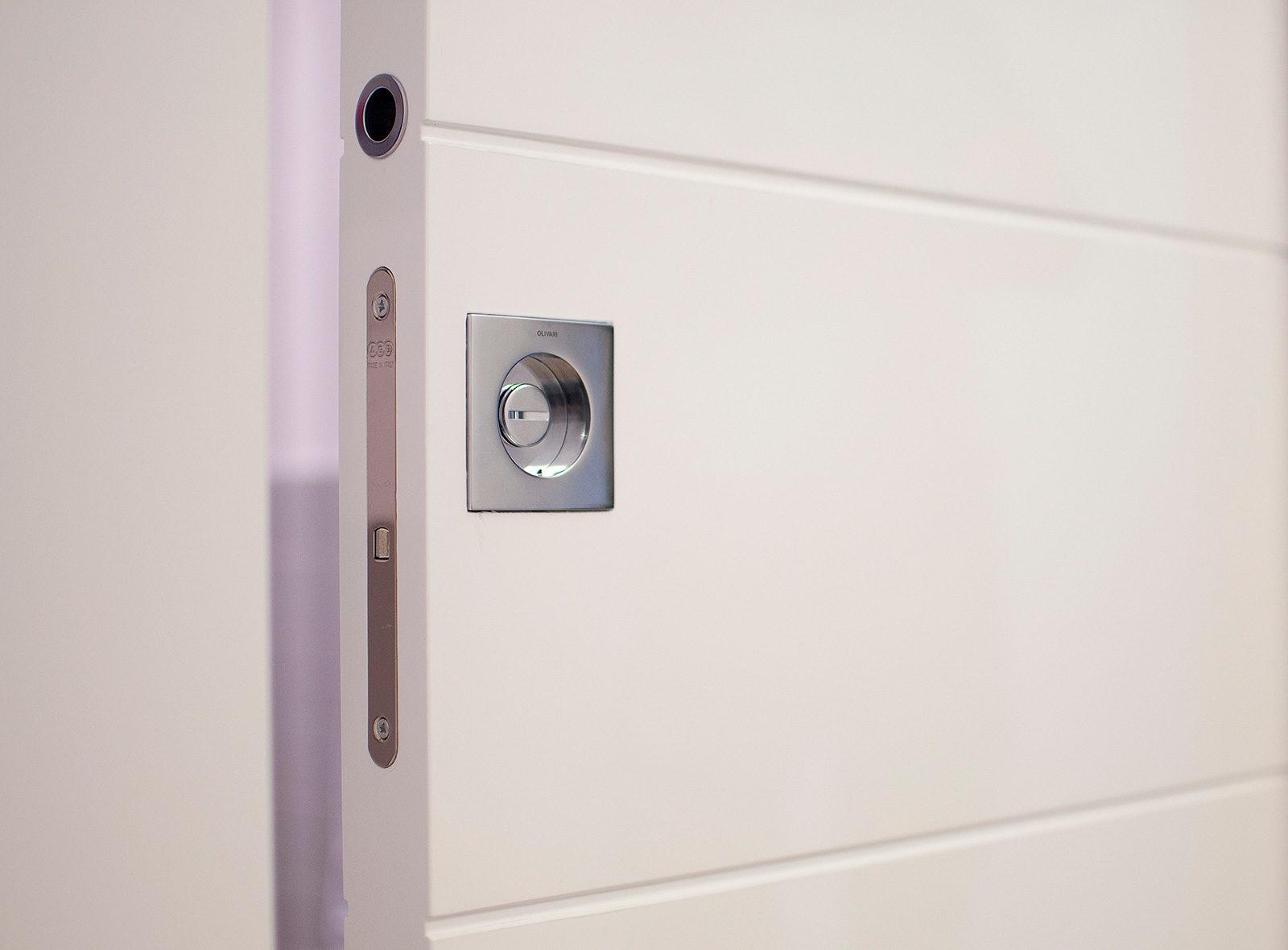Porta scorrevole laccata bianca in appartamento a Brescia