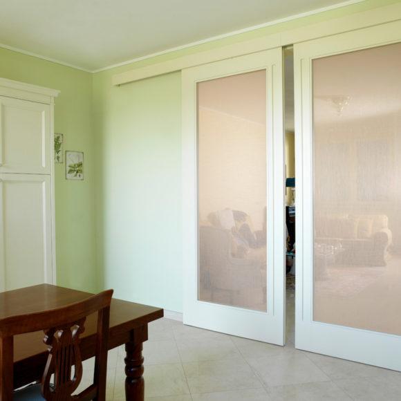 Villa a Brescia con porta scorrevole in vetro e tessuto