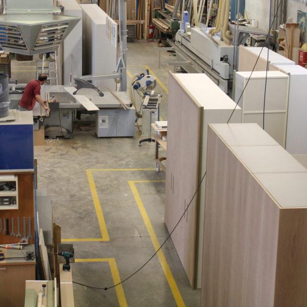 Realizzazione e rifinitura dei mobili all'interno della falegnameria