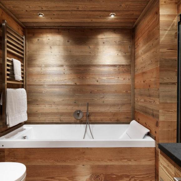 Vasca idromassaggio in legno in casa a St. Moritz.
